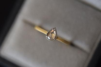 ペアシェイプ型のローズカットダイヤモンド
