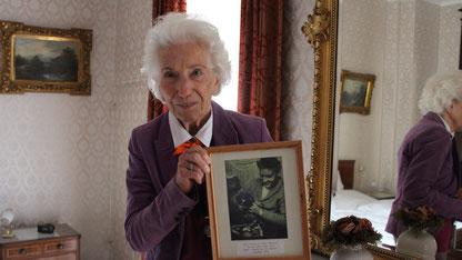 Rita Issberner-Haldane im Zimmer 10 ihres Gastes Elvis Presley, Sept. 2014, Sammlung Online-Museum Bad Nauheim, Foto: privat