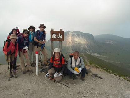西山山頂(993.9m)にて溶岩ドームをバックに