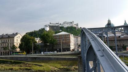 Salzburg, Brücke über die Salzach, m Hintergrund die Burg