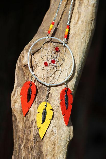 création bijoux, créateur bijoux, bijoux fait main, sautoir attrape rêve, bijoux plume, plume de cuir, attrape rêve, sarayana, sautoir rouge