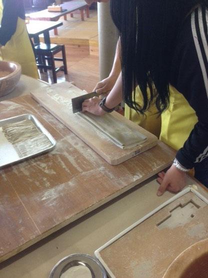 이곳은 아소산에 가기전에 소바가게에 들러서 학생들이 직접 소바를 만들기 위한 면을 반죽하고 얇게 잘랐습니다. 자신이 직접 만든 소바였기 때문에 더 의미있게 먹었던 것 같습니다.