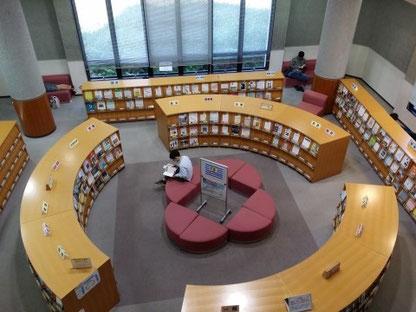 6층의 큰 규모의 도서관에서 책도 빌릴 수 있습니다