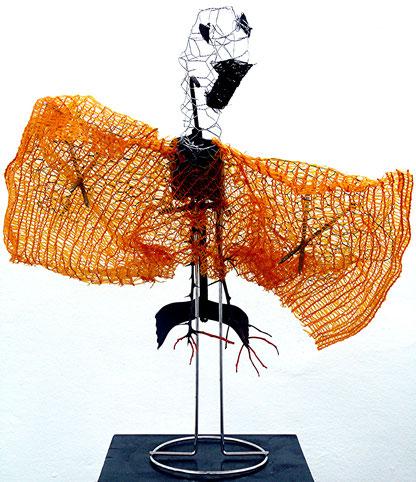 Am Flug gehinderter Vogel: Draht, Metall, Nägel, Netze, Garn, Zweige, Acryl, Höhe 50 cm, 2016