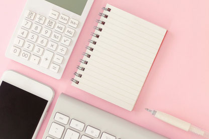 ピンクのガーベラとマーガレット。銀の懐中時計。