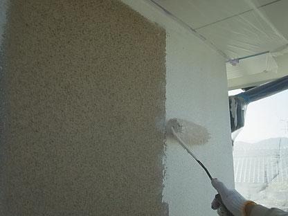 外壁プライマー塗装中 熊本I様邸