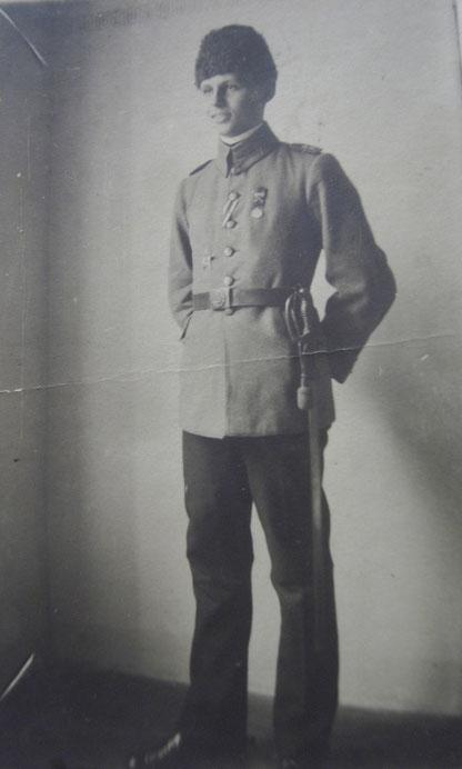 k.u.k. Offizier (zeitg. Hartpappefoto aus Wien) mit dem Band zum preussischen EK2, links der Eiserne Halbmond, an der Brust die Liakatmedaille mit Schwerter - selten