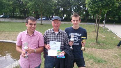 V.l.n.r.: Simon Bogner (6. der U18), Karl-Heinz Stolzenwald (13. der Offenen Klasse), Uli Weller (Sieger der U18)