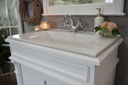 Waschbecken mit Unterschrank - Landhausstil weiß