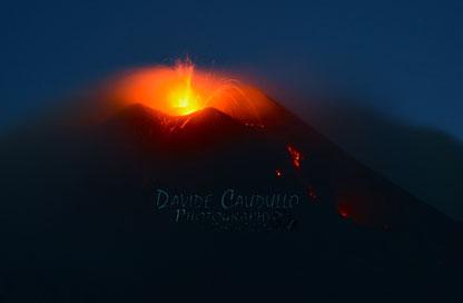 Attività stromboliana al nuovo Cratere di Sud-Est la sera del 14 febbraio. Si nota al centro anche un piccolo cono intracraterico. Foto ripresa da Davide Caudullo