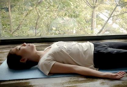 リラックス ヨーガ くつろぎ シャヴァアーサナ 堺市 ヨガ 瞑想