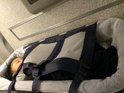 機内はバシネットを利用すればベビーも熟睡できます