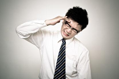 肩こりがひどく頭痛と吐き気のある男性