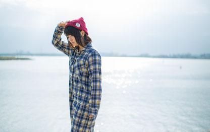 姿勢よく歩く奈良県香芝市の女性