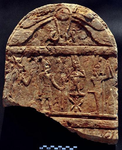 Stèle de style pharaonique mais d'époque romaine. De la gauche: Hathor/Isis, un empereur romain dont le nom a été perdu, Harpocrate et Min/Pan (S.E. Sidebotham)