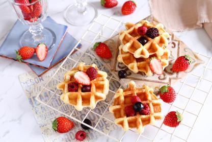 リングノート、ダブルクリップ、三角定規。シュガードーナッツの載ったお皿とホットコーヒー。