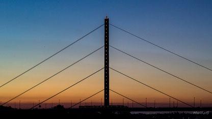 Pont de chemin de fer à Düsseldorf (Allemagne)