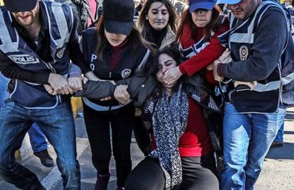 Her bliver HDPs parlamentsmedlem Sebahat Tuncel anholdt ifm. en demo foran  domstolen i den kurdiske by  Diyarbakir.