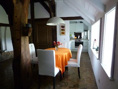 Kaminzimmer mit Essecke und Blick in die Küche