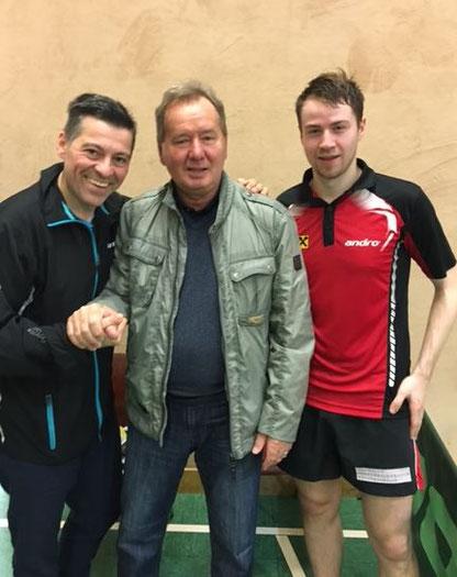 TTV Sierndorf-Obmann Albert Wilder und Martin Kinslechner freuten sich über den Besuch ihres Ex-Mannschaftskollegen Zbigniew Fraczyk in Sierndorf. Foto: Anton Brunnhuber