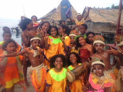 Kinder in traditioneller Bekleidung