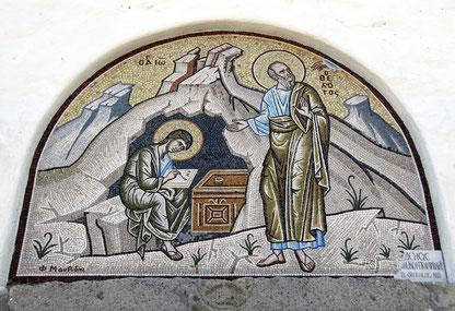 """In der orthodoxen Tradition hat """"Johannes der Theologe"""" das Evangelium, die Johannes-Briefe und die Apokalypse,. Hier sehen wie ein Mosaik in einem nach ihm benannten Kloster in Patmos/Griechenland."""