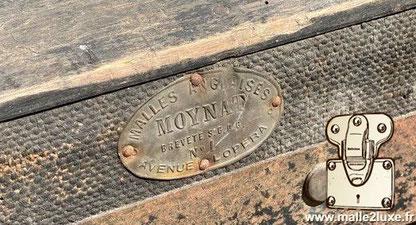 Plaque en laiton fixé par 4 clous à l'extérieur de la malle   Malles Anglaises Moynat Brvete S.G.D.G N°1 Avenue de l'opera