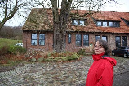 Hilde Winkelmann im Jahr 2019 vor dem Haus in Bad Rehburg, in dem sie als Kind mit ihren Eltern und Großeltern lebte.