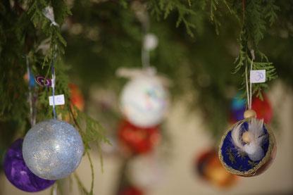 """""""Gruß aus der Heimat"""": Kinder haben Christbaumkugeln für Missionare gestaltet, Foto: Geraldo Hoffmann"""