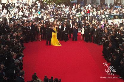 Quentin Tarantino et Uma Thurman, dansant sur le tapis rouge, lors de la soirée célébrant les 20 ans de Pulp Fiction - Festival de Cannes 2014 - Photo © Anik COUBLE