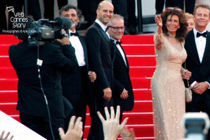 Sophia Loren, sur les marches, lors de la présentation du film «Mariage à l'Italienne» de Vittorio de Sica - Festival de Cannes 2014 - Photo © Anik COUBLE