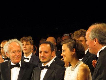 """Marion COTILLARD, entourée de Jean-Pierre  et Luc DARDENNE, réalisateur de """"DEUX JOURS UNE NUIT"""" - Festival de Cannes 2014 - Photo © Anik COUBLE"""