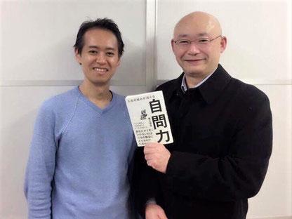堀江信宏さん(左)とご著書「自問力」(ダイヤモンド社)