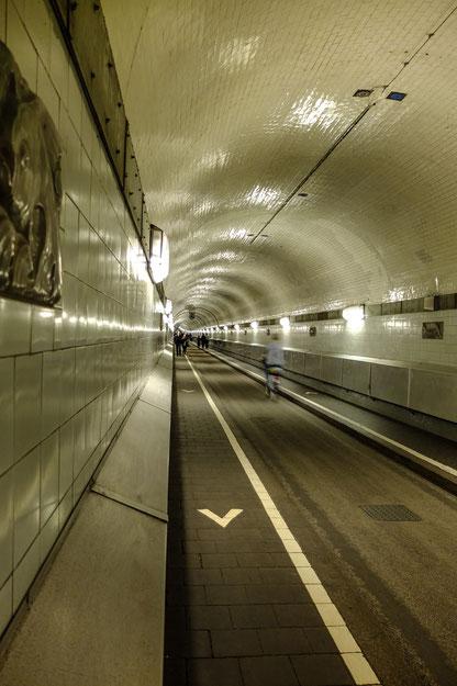 Hamburg: der alte Elbtunnel wird von Fußgängern und Fahrradfahrern genutzt.