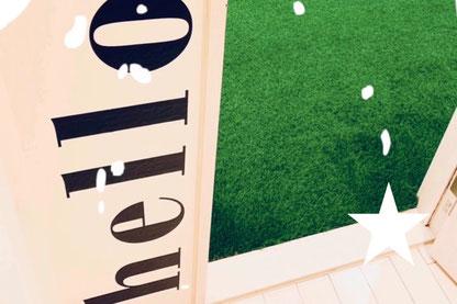 アロハキッズの特徴2緑の人工芝が広がるスタジオ/大阪の幼児子供英会話ALOHAKIDSバイリンガルトレーナーで自然に英語が身につくキッズ英会話