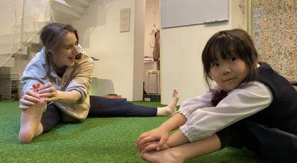 アロハキッズの特徴3バイリンガルトレーナーはプレゼンテーション能力も高い/大阪の幼児子供英会話ALOHAKIDS自然に英語が身につくキッズ英会話