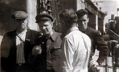 На фото: Нарком электростанций СССР Д. Г. Жимерин (второй слева) инспектирует восстановительные работы на Днепровской ГЭС. 1944