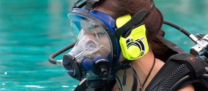Plongeur avec un masque intégral pour la spécialité full face mask dans la piscine du centre de plongée à Nusa Penida.