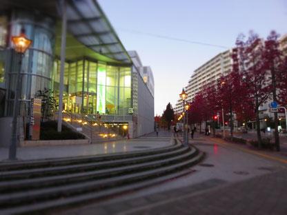 新百合ケ丘駅北口から坂をくだっていくと見える川崎市アートセンター