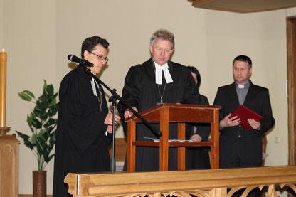 Земельный Епископ Й. Боль и Епископ Д. Брауэр подписывают межцерковный договор
