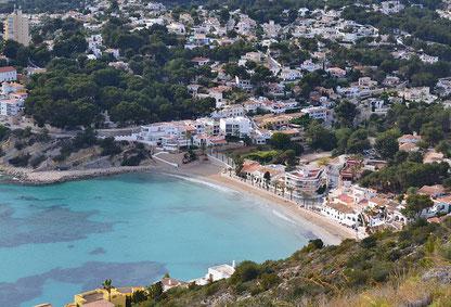 La península del Cap d 'Or  en Alicante, resguarda la ensenada y la Playa del Portet, de arena fina y aguas cristalinas. Pequeña y en forma de concha.