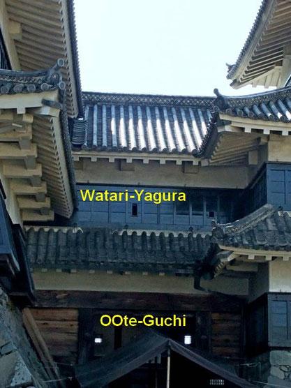 """Le """"watari-yagura"""" et la porte principale (Ōte-Guchi)"""