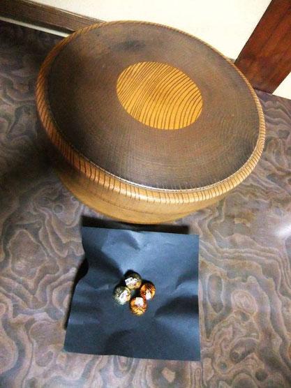 La boîte traditionnelle pour le thé ... et de petits chocolats