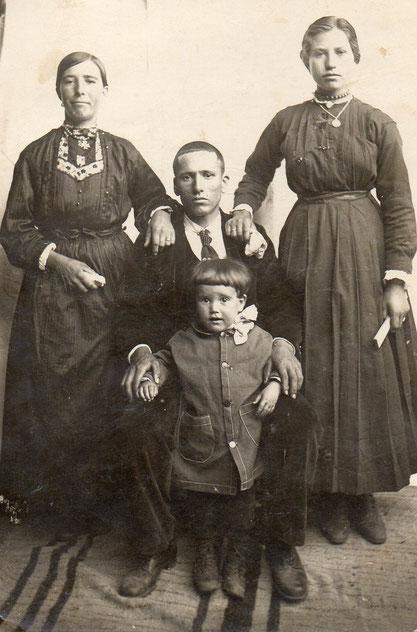 La abuela Genara con su hermana María, su cuñado y su hijo Mariano.