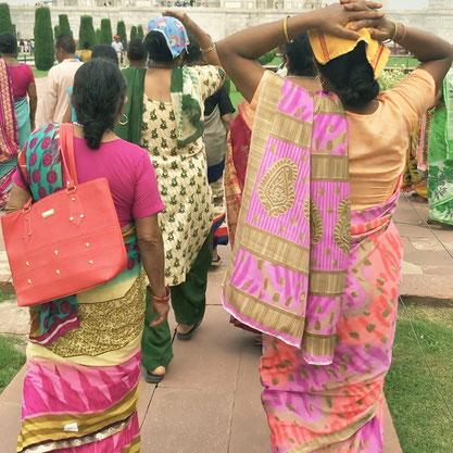 カラフルなサリーを着た女性たち