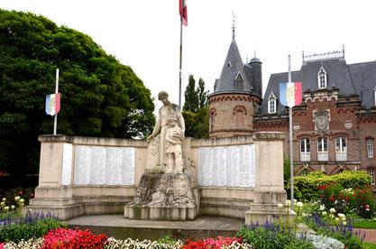 Corbie: la place de la Mairie avant la restauration du Monument aux Morts