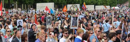 """""""Unsterbliches Regiment"""": Tausende Menschen mit Bildern ihrer Angehörigen in der Roten Armee. 9.Mai 2015 Sowjetisches Ehrenmal Berlin-Treptow. Foto: Helga Karl"""