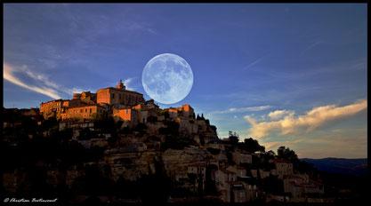 Adminer cette composition de la pleine lune sur la ville de Gordes dans le roussilon