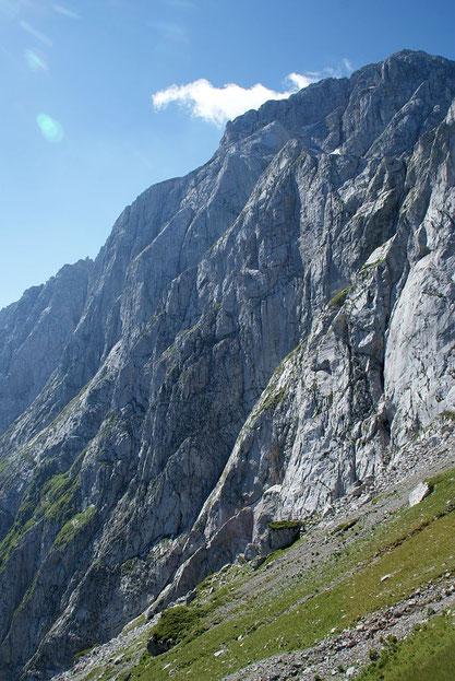 Die mächtige Nordwand, durch welche der Klettersteig im rechten Bildteil führt