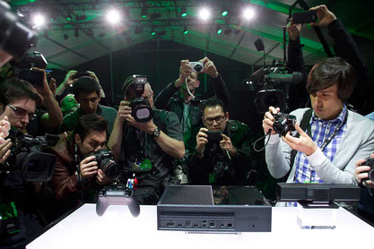 Nicht gerade schick, aber trotzdem begehrt: Die Xbox One nebst Controller und Kinect im Blitzlichtgewitter. Das Event war zwiespältig, aber wenigstens hat Microsoft seine Hardware schon gezeigt.